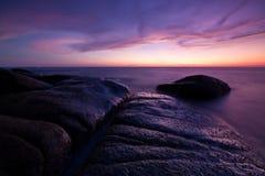 Mer et roche crépusculaires Photos libres de droits