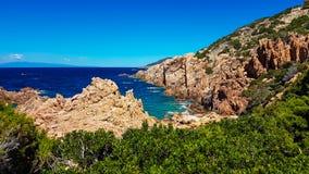 Mer et roche de la Sardaigne Photo stock