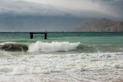 Mer et roche et ciel nuageux Images libres de droits