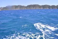 Mer et rocher vert Photos stock