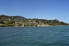 Mer et rocher vert Photo libre de droits