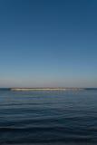 Mer et roches avec des vues rapides Image stock