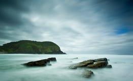 Mer et roches brumeuses Photographie stock libre de droits