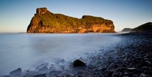 Mer et roches brumeuses Images libres de droits