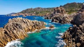 Mer et roches de paradiso de côte Image libre de droits