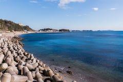 Mer et structures en béton massives pour protéger les plages contre photographie stock libre de droits