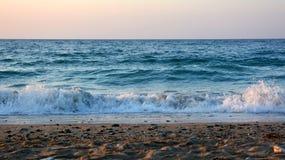Mer et vagues ! Belle île de Crète ! photographie stock libre de droits