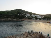 Mer et village de montagne photo stock