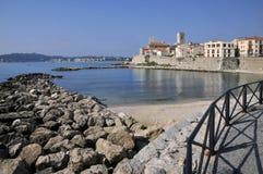Mer et ville d'Antibes en France Image stock