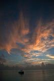 Mer fishier fartyg under soluppgång i havet Ganska hav under färg Fotografering för Bildbyråer