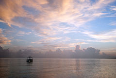 Mer fishier fartyg under soluppgång i havet Ganska hav under färg Arkivfoton