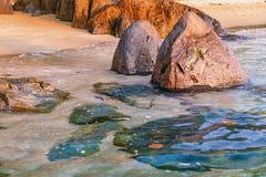 Mer foncée de nuit avec les pierres saillantes photos stock