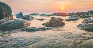 Mer foncée de nuit avec les pierres saillantes photo stock