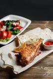 mer grillée par basse Servir sur un conseil en bois sur une table rustique Menu de rôtisserie, une série de photos de Photos stock