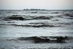 Mer grise sous la pluie avec de grands wawes Images stock