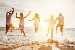 Mer heureuse de coucher du soleil de personnes de groupe d'amis Photos libres de droits