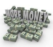 Mer högar för buntar för pengarord kontanta tjänar större inkomstlön Arkivfoto