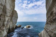 Mer infinie entre deux murs de montagne photographie stock libre de droits