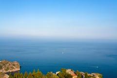 Mer ionienne près de ville de Taormina en Sicile Photographie stock