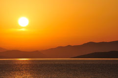 Mer, lever de soleil et montagnes Photographie stock libre de droits