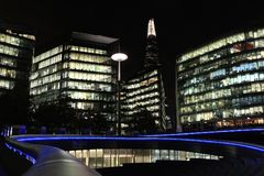 Mer London flodstrand och skärvan på natten Arkivfoton