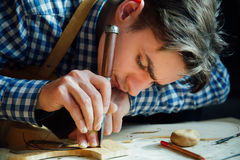 Mer luthier arbete för ledar- hantverkare på skapelsen av en fiol samvetsgrant detaljerat arbete på trä Arkivbild