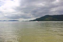Mer, montagnes, ciel avec des nuages Photographie stock libre de droits