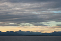 Mer, montagnes et ciel image stock