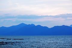 Mer, montagnes et ciel de matin photo libre de droits