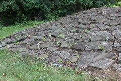 Mer nära sikt av stenkullen på det forntida fortet royaltyfri bild