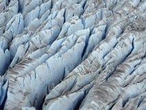 Mer nära sikt (för antenn) av den iskalla blåttfärgsprickan av glaciären Royaltyfri Foto