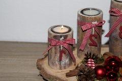 Mer nära sikt på den första brinnande stearinljuset på en träspecial adventskrans royaltyfri foto