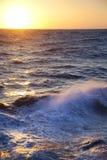 Mer orageuse/aube/ondes et jet Image libre de droits