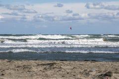 Mer orageuse avec les surfers de vent Images libres de droits