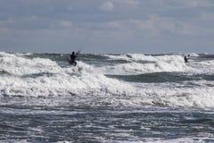 Mer orageuse avec les surfers de vent Image libre de droits