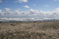 Mer orageuse avec les surfers de vent Photo libre de droits