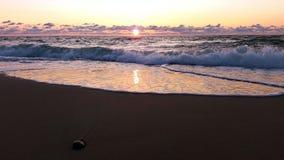 Mer orageuse baltique au coucher du soleil le jour venteux image stock