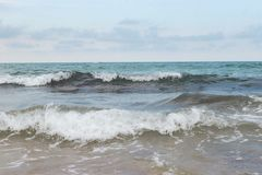 Mer orageuse bleue sauvage sur Cr?te image stock