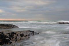 Mer orageuse, brin de Trebarwith, Cornouailles. Photographie stock libre de droits