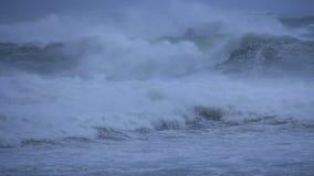 Mer orageuse d'océan avec les vagues et les vents d'ouragan se brisants de cyclone banque de vidéos