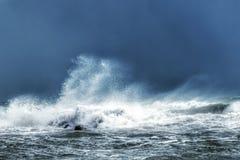 Mer orageuse et hautes vagues image libre de droits