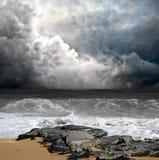 Mer orageuse foncée images libres de droits