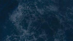 Mer orageuse la nuit avec des flashes de pluie et d'éclairage au milieu de l'océan clips vidéos