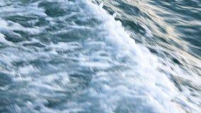 Mer ou ressacs et mousse après canot automobile ou yacht banque de vidéos