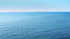 Mer ouverte avec le bateau sur l'horizon banque de vidéos