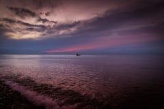 Mer ouverte avec le fond de ciel de coucher du soleil Photographie stock