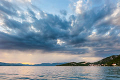 Mer ouverte avec nuages excessifs photo stock