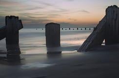 Mer, pôles et coucher du soleil Photographie stock