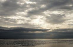 Mer par jour de nuage Photographie stock