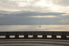 Mer par jour de nuage Photos stock